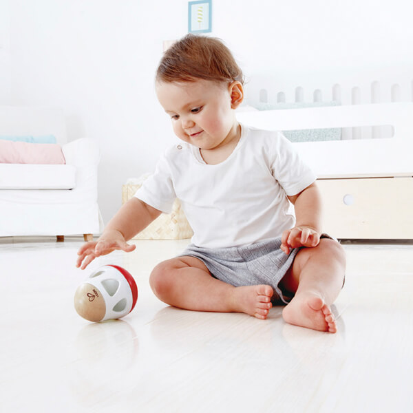 Niño con sonajero con campanilla